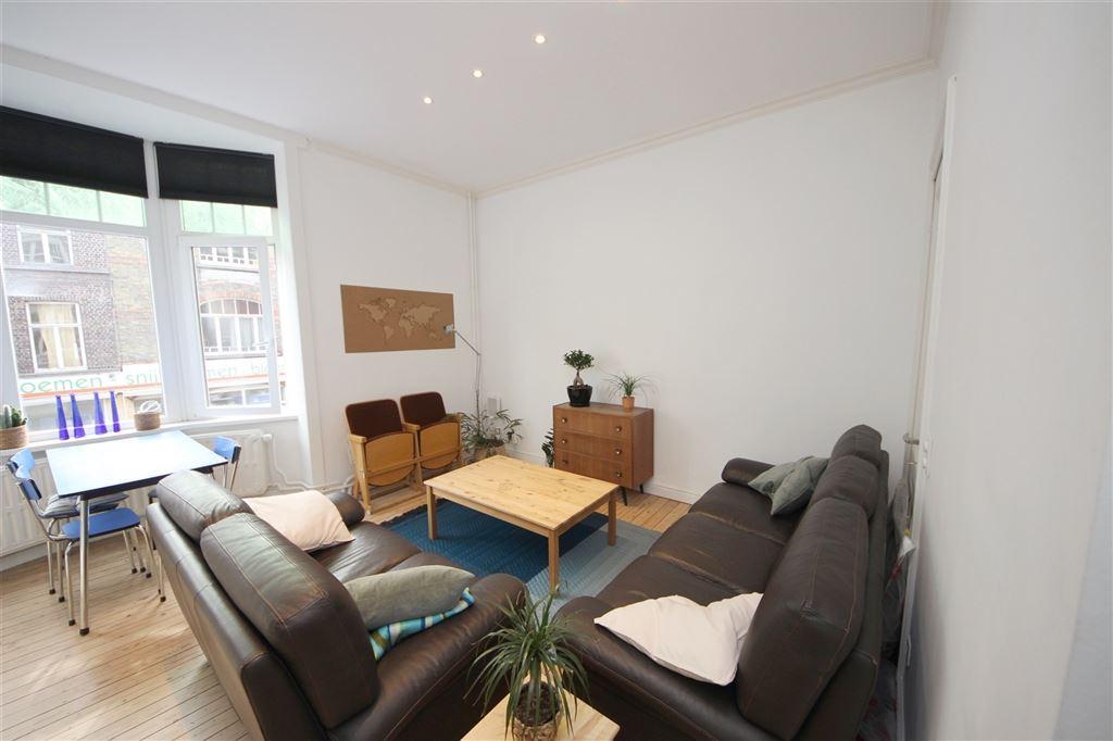 Volledig gerenoveerd triplex appartement op de eerste verdieping vlakbij AZ Sint-Lucas!