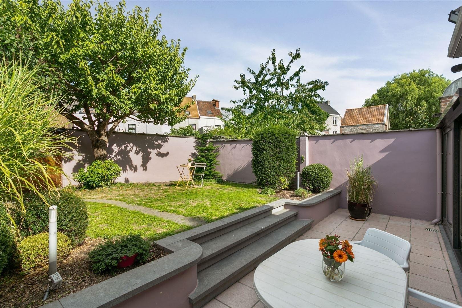Ruime woning met aangename tuin en afzonderlijke handelsruimte